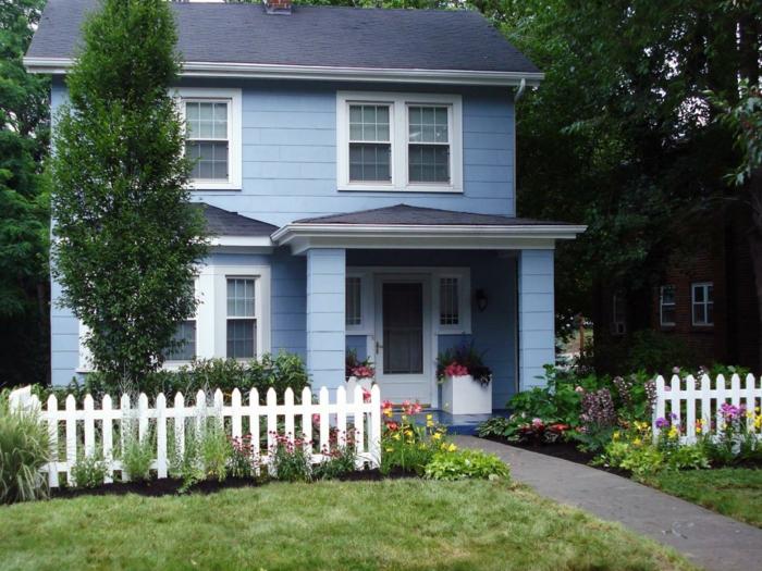 vorgartengestaltung kleiner garten gartenzaun hellblaue hausfassade