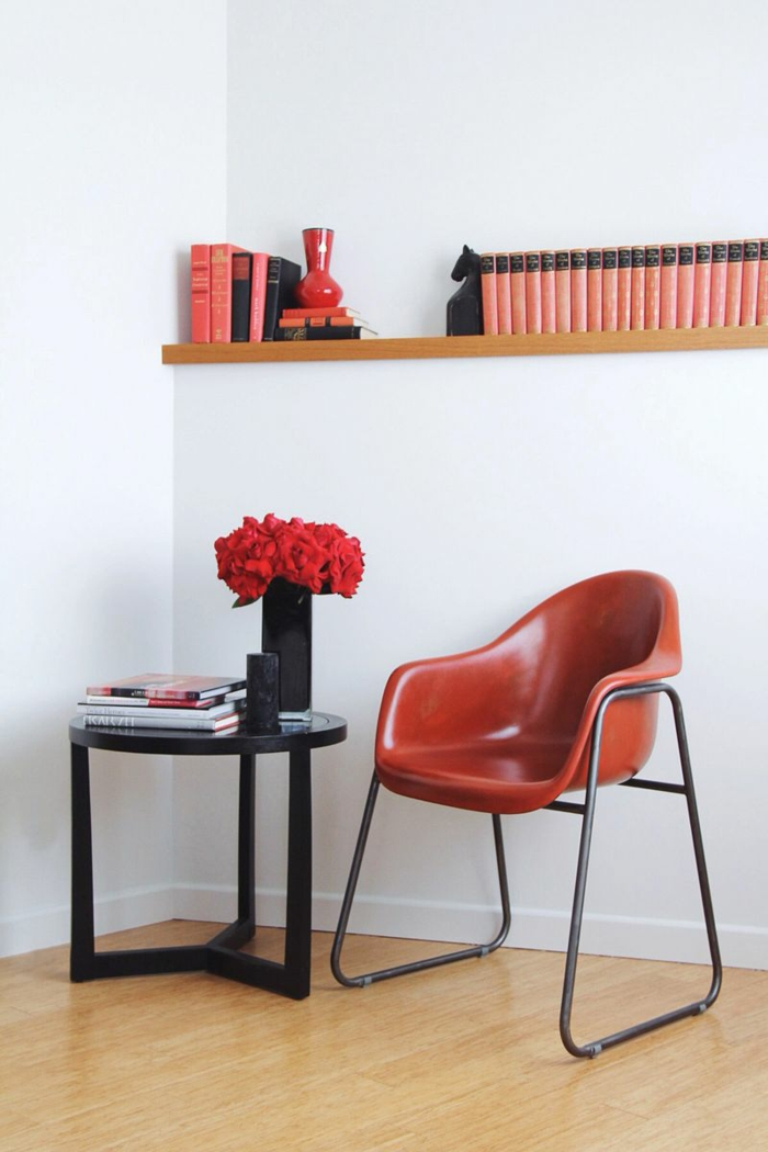 wandfarbe weiß farbige möbel farbkontraste schaffen