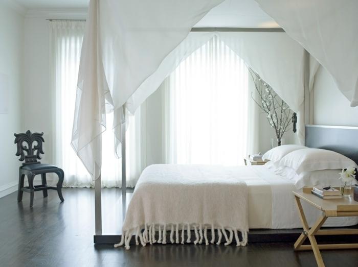 wandfarbe weiß schlafzimmer klappbarer beistelltisch betthimmel