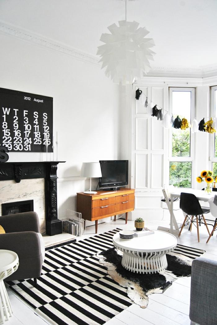 wandfarbe weiß streifenteppich weiß schwarz wohnzimmer