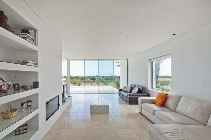 wandfarbe weiß wohnideen wohnzimmer bodenfliesen panoramafenster offene regale