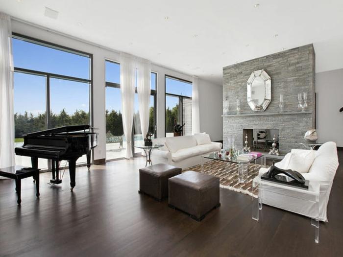 wandfarbe weiß wohnideen wohnzimmer kamin wandspiegel weiße sofas dunkler boden