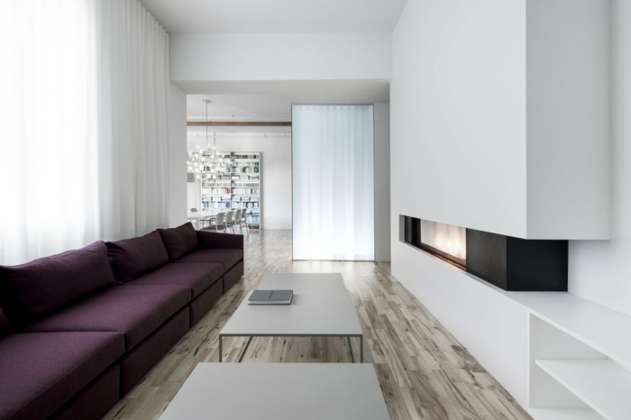 wandfarbe weiß wohnzimmer lila sofa kamin schöner boden