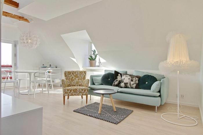 wandfarbe weiß kleine wohnung dachgeschoss dachschräge wohnzimmer einrichten sofa sessel retro design runder esstisch
