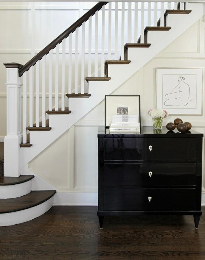 wandfarbe weiß wandgestaltung flur treppenhaus bilder schwarze anrichte