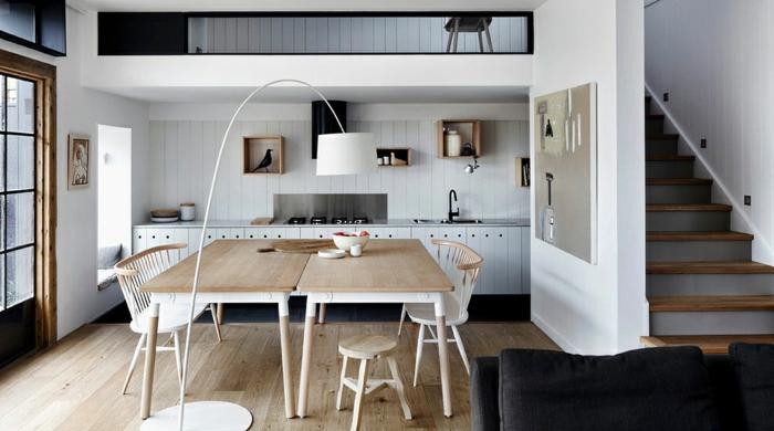 wandfarbe weiß wandgestaltung holzverkleidung küchenrückwand esstisch stühle küche einrichten