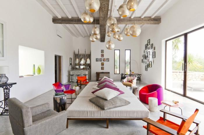wandfarbe weiss wandgestaltung mediterraner stil holzbalken sofa kissen sessel designer möbel