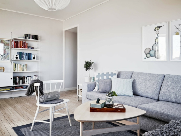 wandfarbe weiß wandgestaltung wohnimmer wanddekoration zeichnungen graues sofa couchtisch