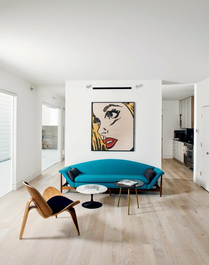 wandfarbe weiß wandgestaltung wohnzimmer pop art wandkunst blaues sofa skandinavisches möbeldesign