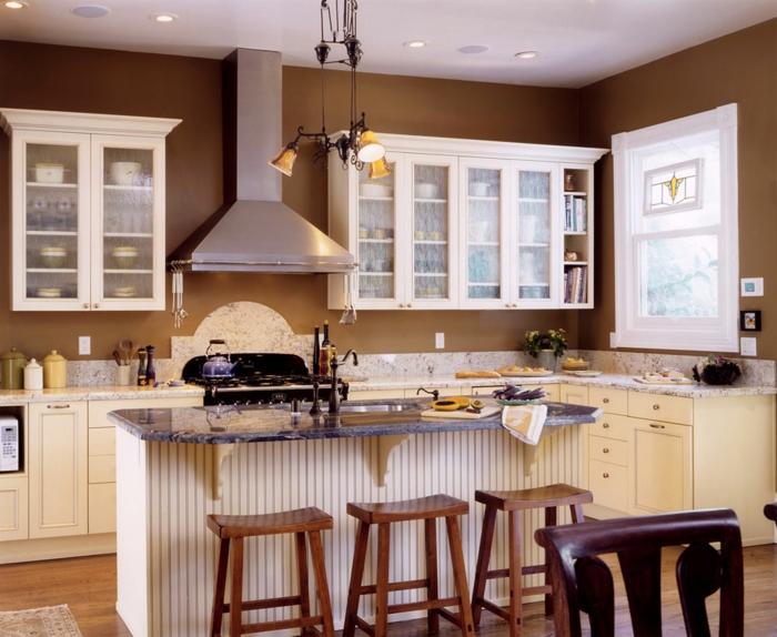 wandfarben 2016 trendfarben küche wandgestaltung wanddeko schokoladefarbige wand weiße vitrinen