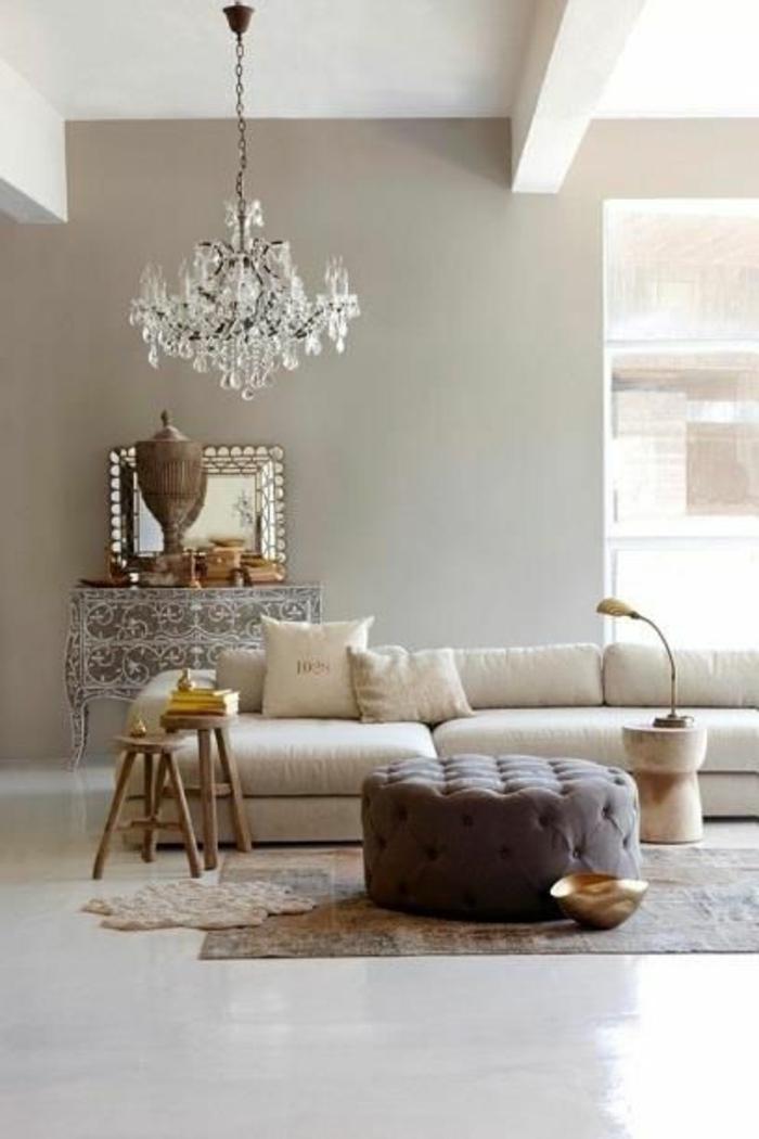 wandfarbe 2016 trendfarben neutrale töne kristallkronleuchter ottomane holzhocker beistelltisch wohnzimmer