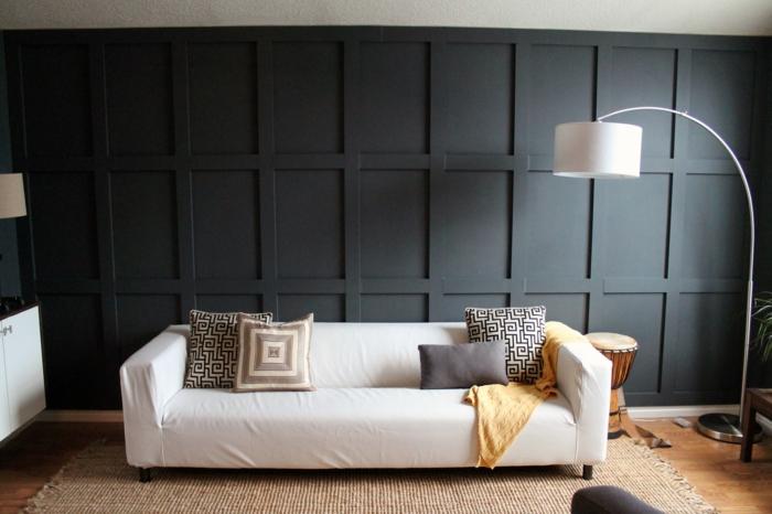 wandpaneele holz dunkel wohnideen wohnzimmer weißes sofa dekokissen