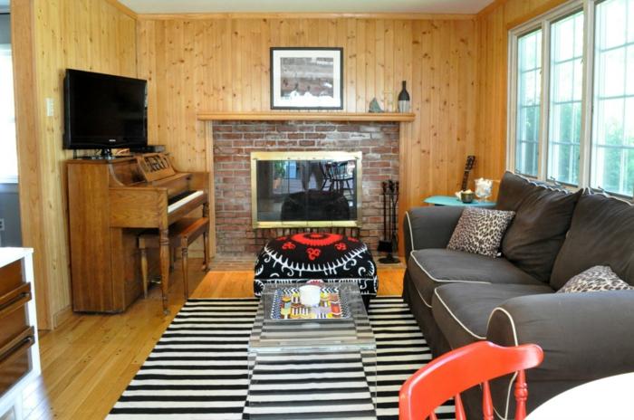 holz wandpaneele wohnzimmer streifenteppich klavier