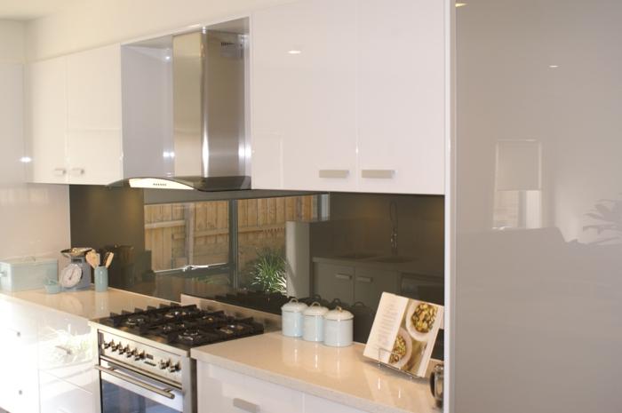 küchendesign wandpaneele glänzende oberfläche weiße küchenschränke
