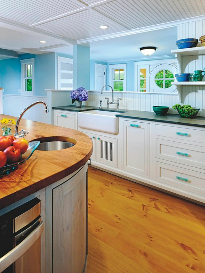 küchendesign küchen wandpaneele hölzern hellblaue wände kücheninsel