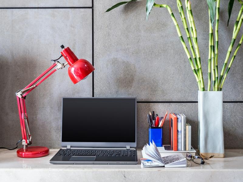 weiße Wandfarbe häusliches Arbeitszimmer einrichten Betonwand