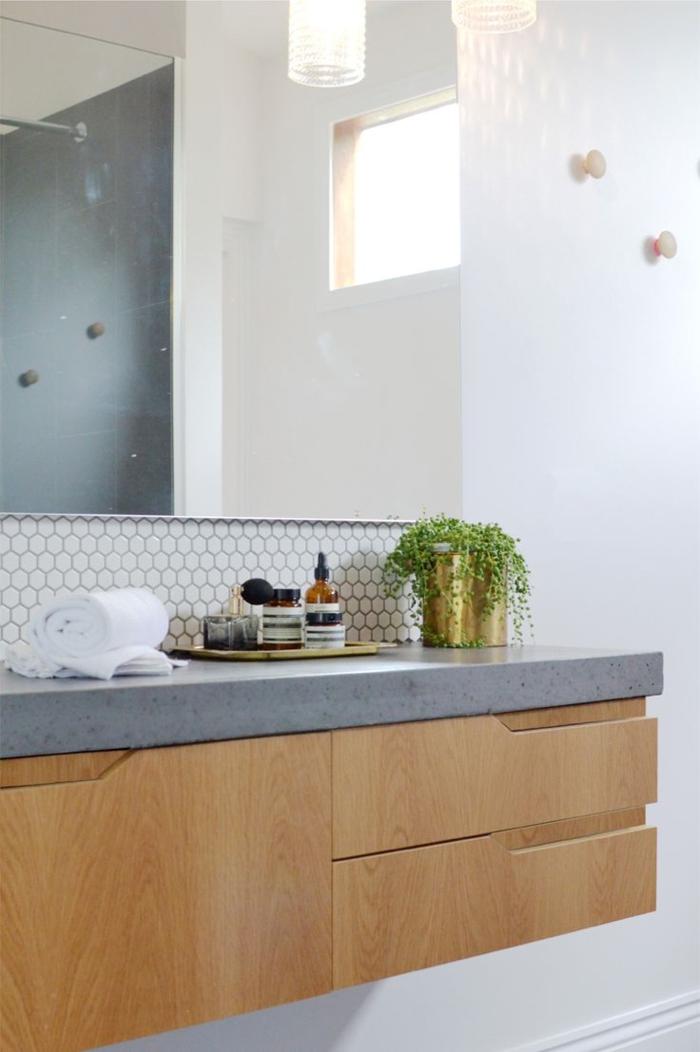 weiße wandfarbe badezimmer badspiegel mosaikfliesen