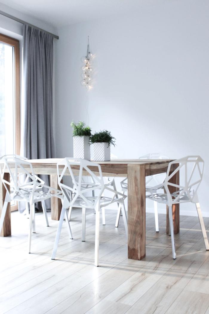 weiße wandfarbe essbereich rustikaler esstisch hellgraue gardinen