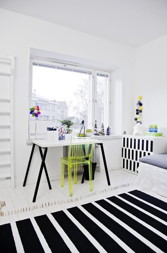 weiße wandfarbe kinderzimmer gestaltung streifenteppich schreibtisch