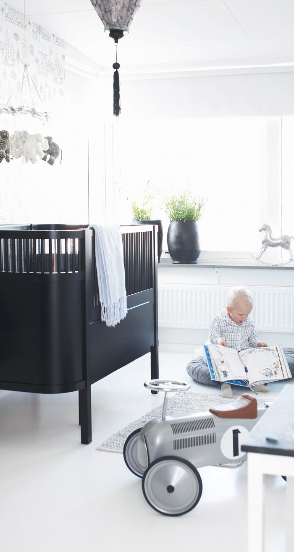 weiße wandfarbe kinderzimmer schwarzes gittterbett spielzeuge