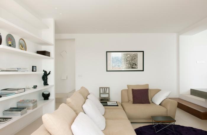weiße wandfarbe wohnideen wohnzimmer beiges wohnzimmersofa lila teppich rund