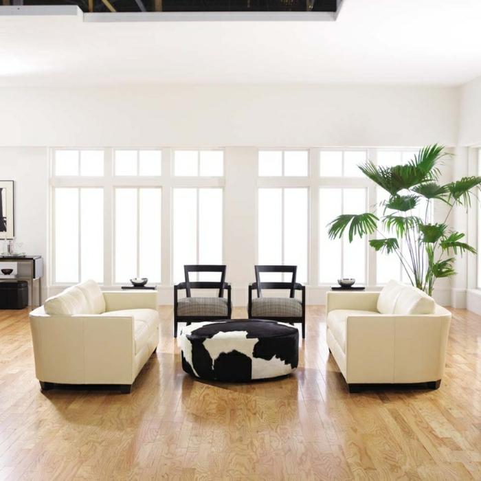 weiße wandfarbe wohnideen wohnzimmer pflanze kuhfellhocker