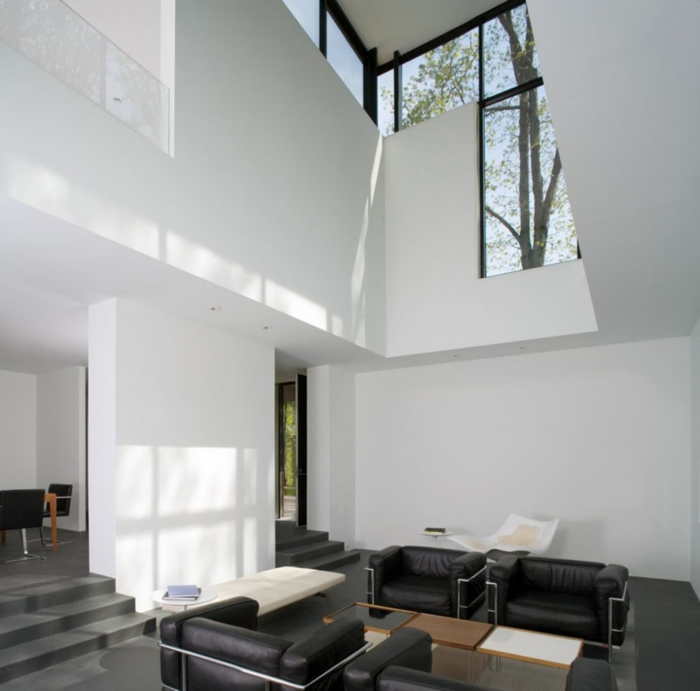 weiße wandfarbe wohnideen wohnzimmer schwarze ledersessel innentreppen