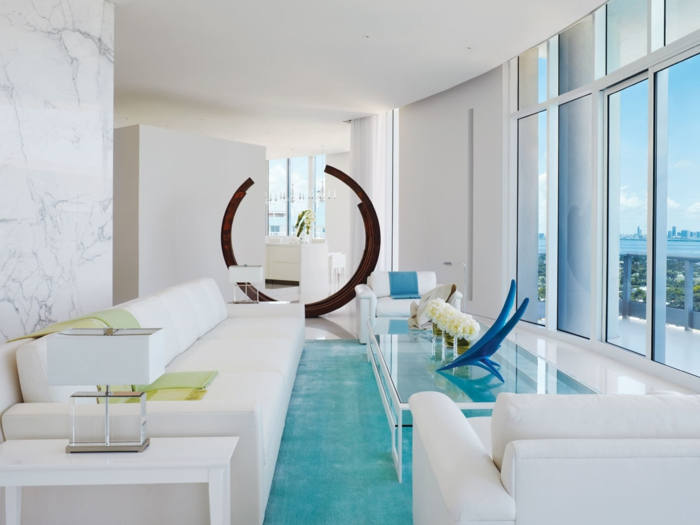 weiße wandfarbe wohnzimmer einrichtungsideen hellblauer teppich glastisch weiße möbel