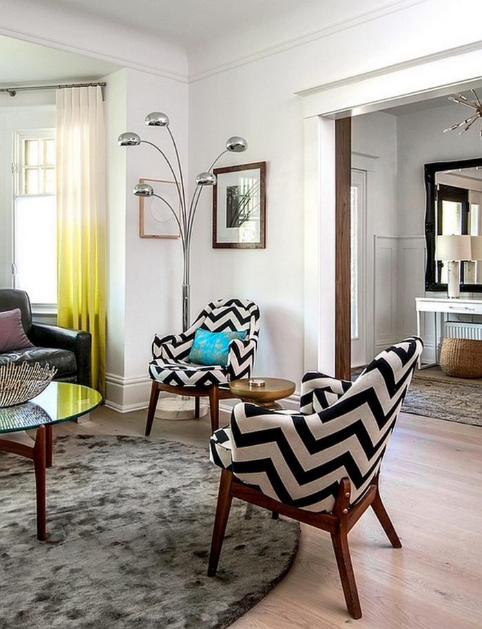 weiße wandfarbe wohnzimmer runder teppich zig zag muster luftige gardinen