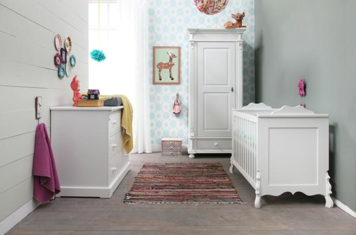 weißer kleiderschrank kinderzimmer weiße möbel streifenteppich farbig