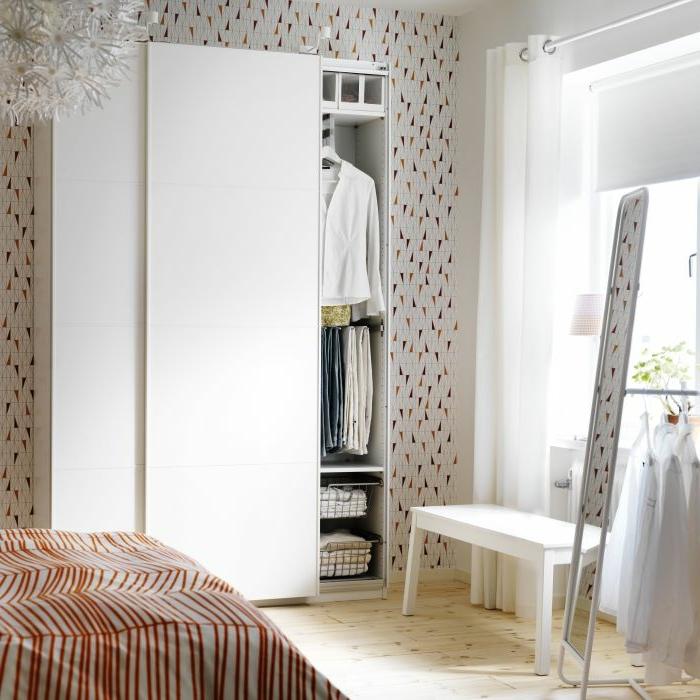 weißer kleiderschrank schlafzimmer leuchter holzboden schöne tapete