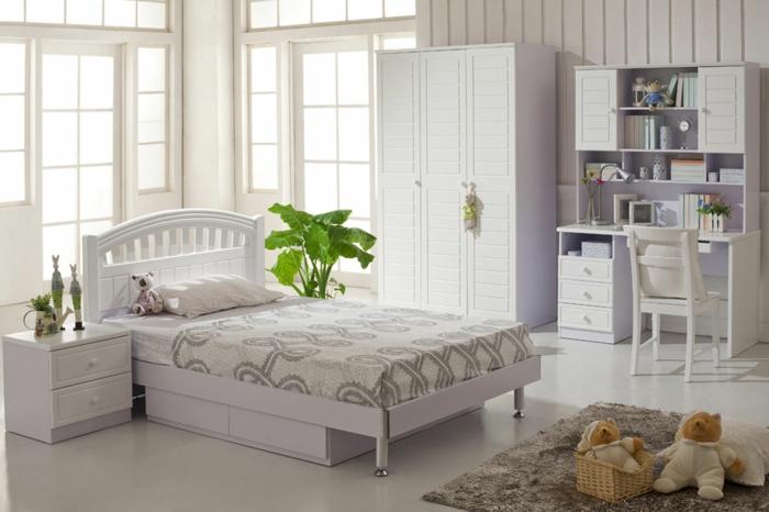 weißer kleiderschrank schlafzimmer pflanzen beiger teppich helle wände