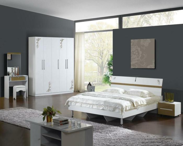 weißer kleiderschrank weißes bett graue wände teppichläufer