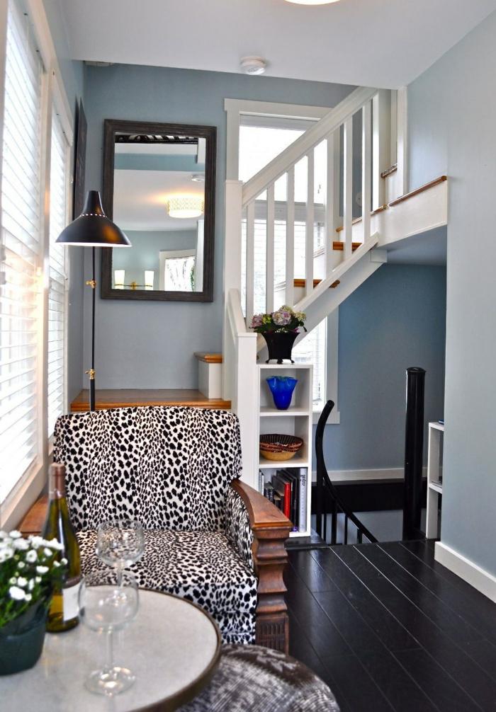 wendelltreppen innentreppen design wohnzimmer hellblaue wände