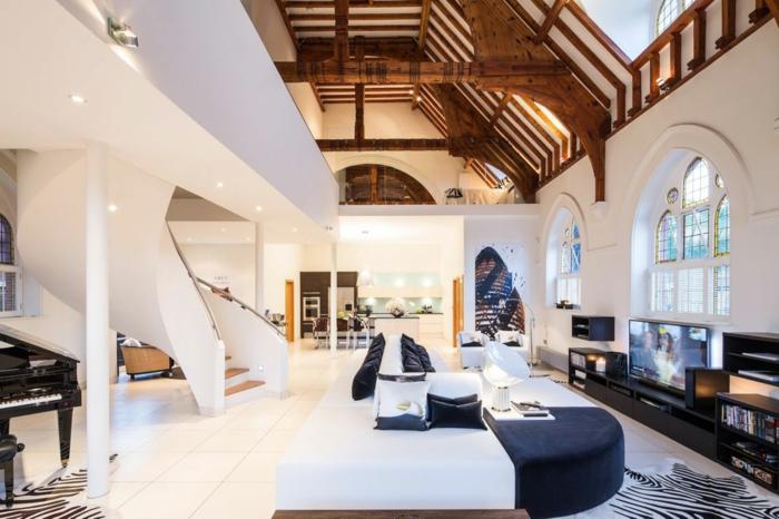 wendeltreppe innen design innenarchitektur massive weiße innetreppen wohnzimmer fellteppiche