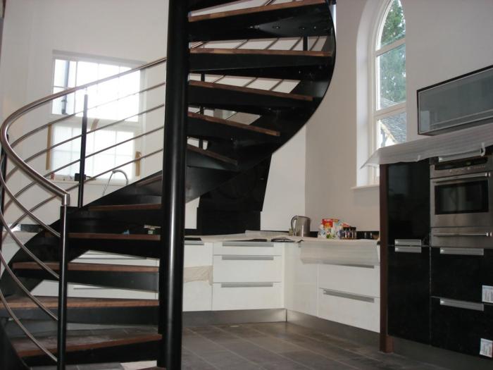 Wendeltreppe Innen Design Schwarz Metalltreppengeländer Hölzerne Stufen  Küche