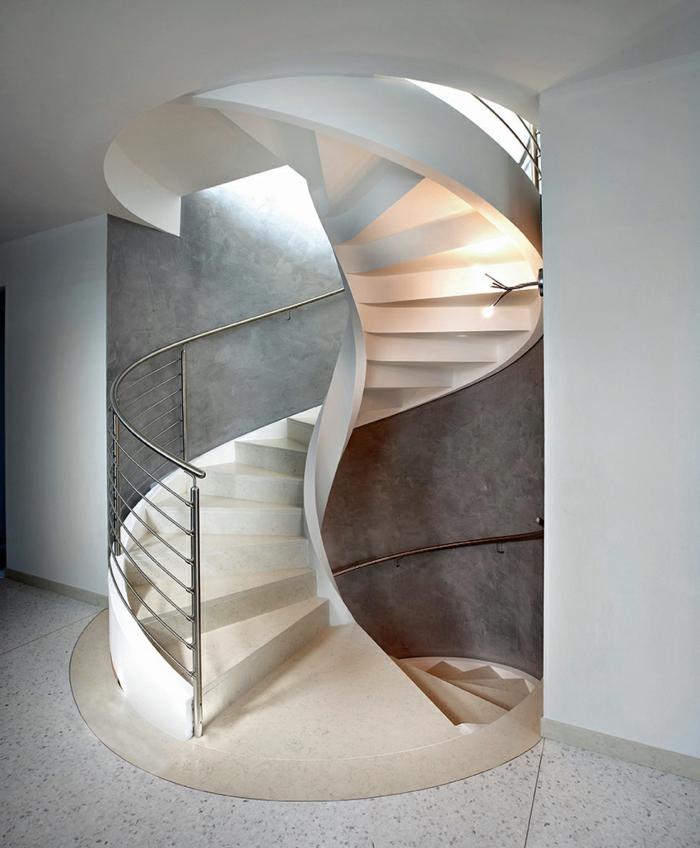 wendeltreppe innen elegant massiv wohnideen innenarchitektur