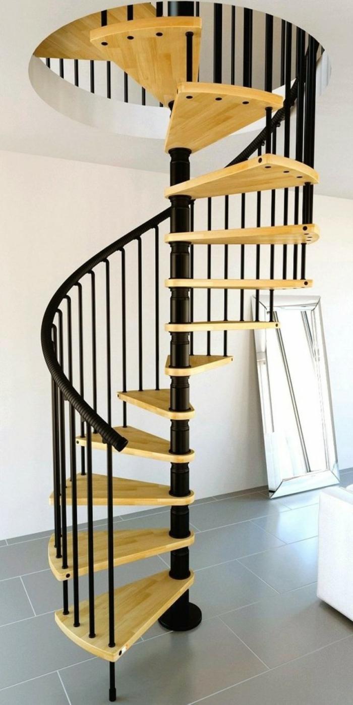 wendeltreppe innen hölzerne treppenstufen schwarzes treppengeländer