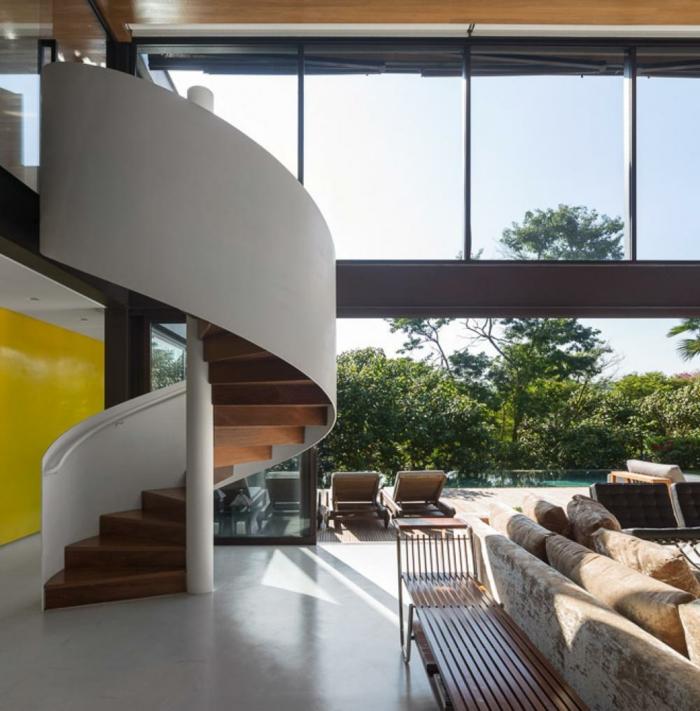 wendeltreppe innen massiv panoramafenster wohnzimmer