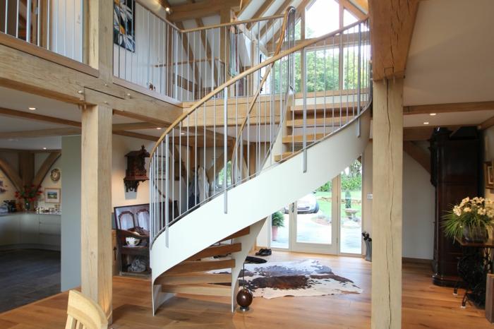 wendeltreppe innen schickes design innenarchitektur ideen fellteppich holzaktente