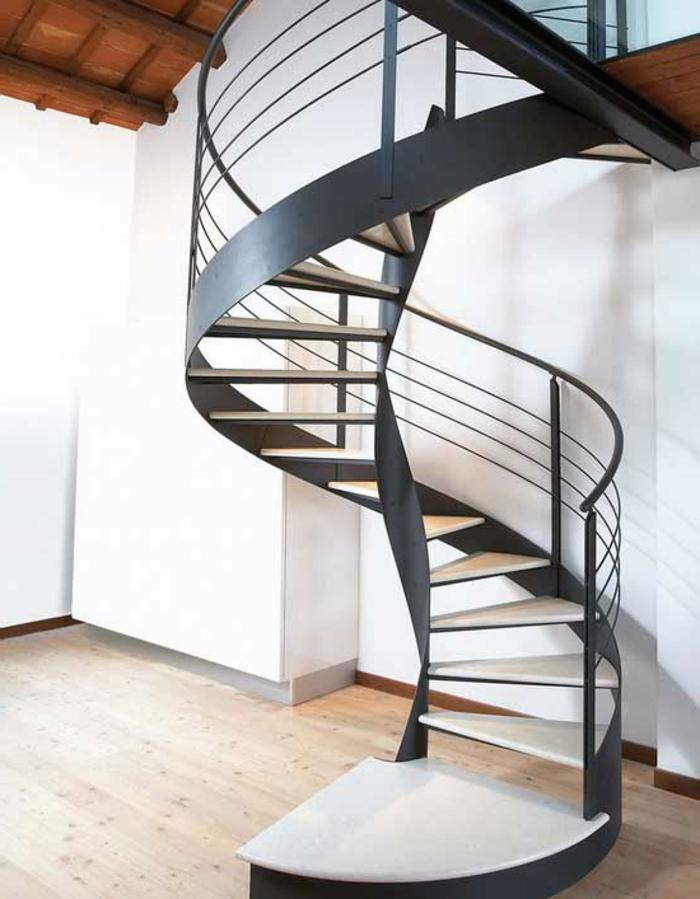 wendeltreppe innen schwarzes treppengeländer weiße treppenstufen