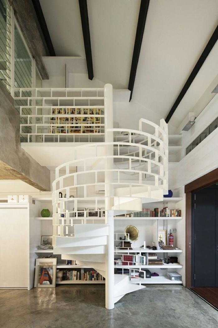 wendeltreppe innen weiß massiv offene regale wohnideen einrichtungsideen