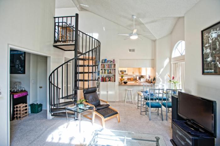 wendeltreppe innen wohnzimmer schwarzes design offener wohnplan