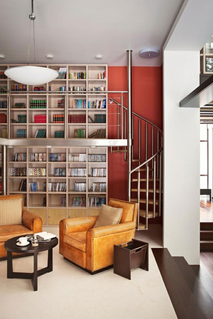 wendeltreppen design holz metall wohnzimmer rote akzentwand bibliothek