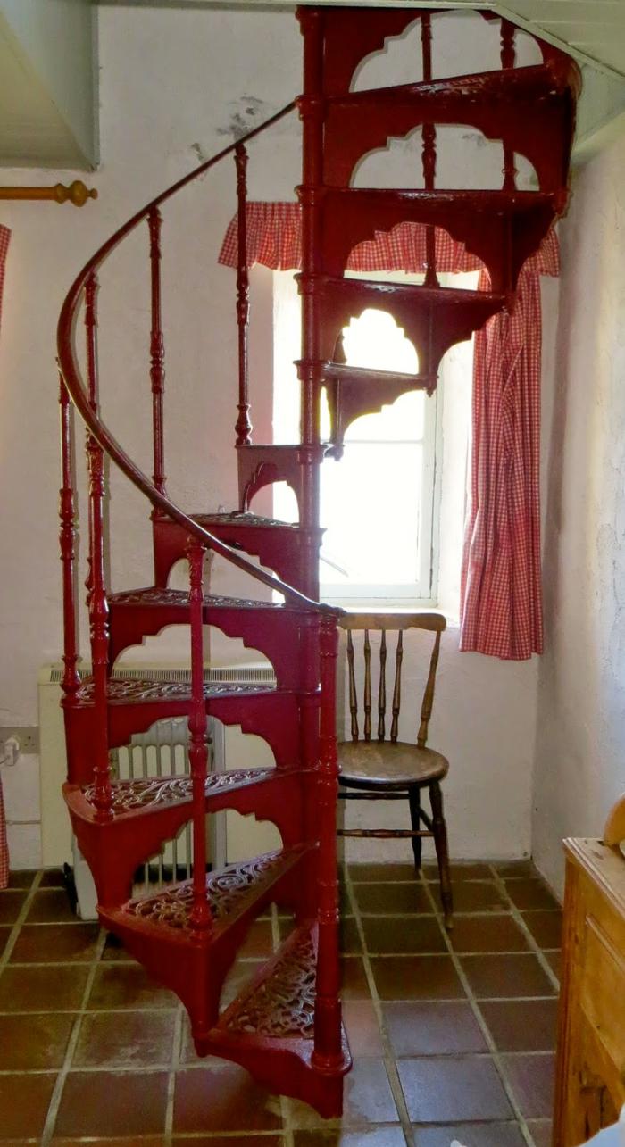 wendeltreppen design rot ornamente innenarchitektur ideen