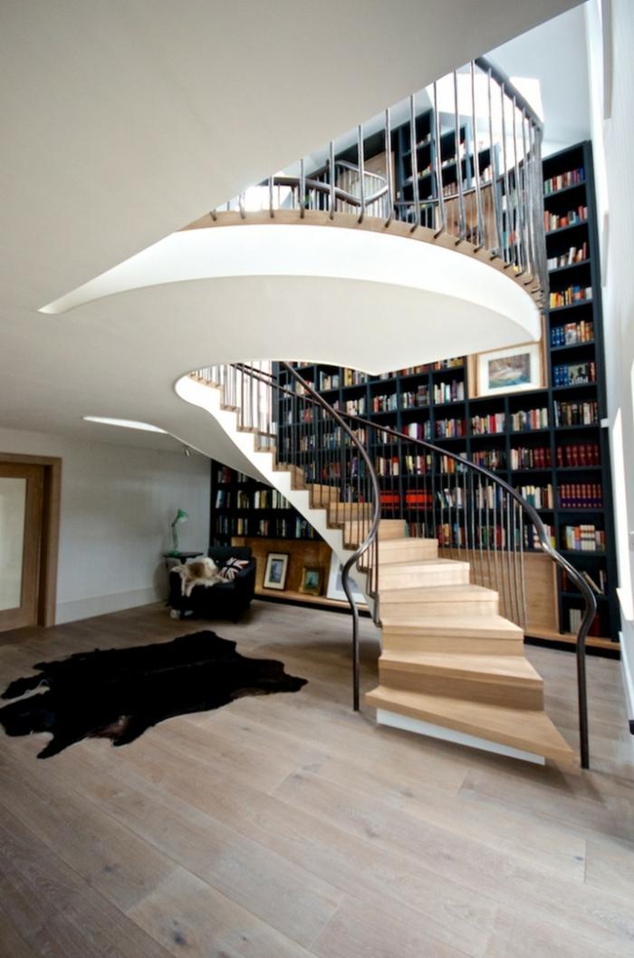 wendeltreppen design schöne innenarchitektur bibliothek fellteppich holzboden