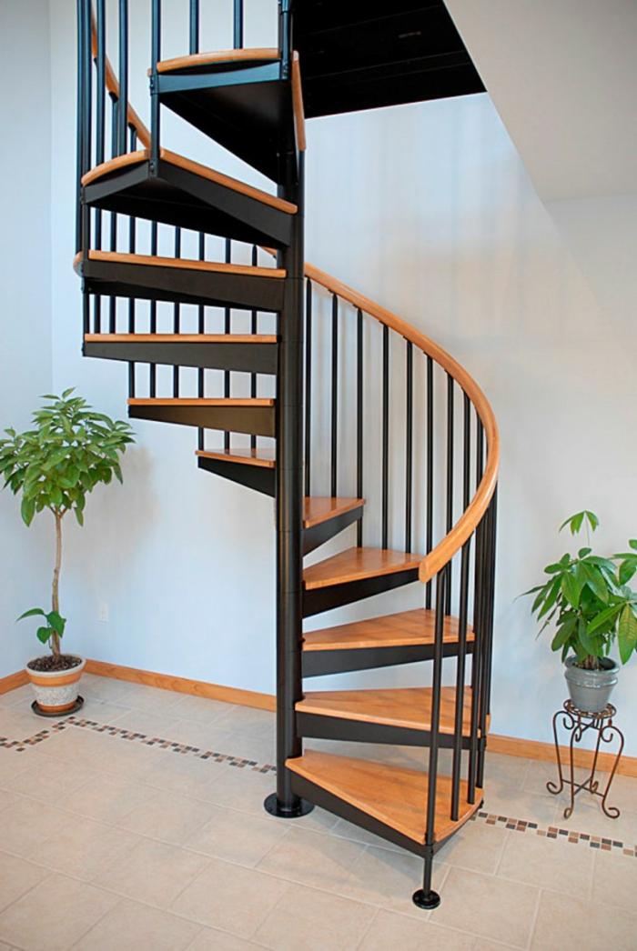 wendeltreppen design schwarz holz pflanzen helle wände