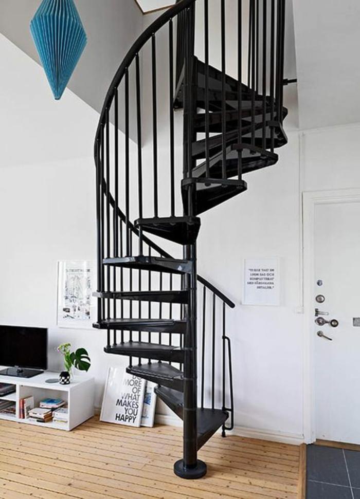 wendeltreppen design schwarz weiße wände holzboden