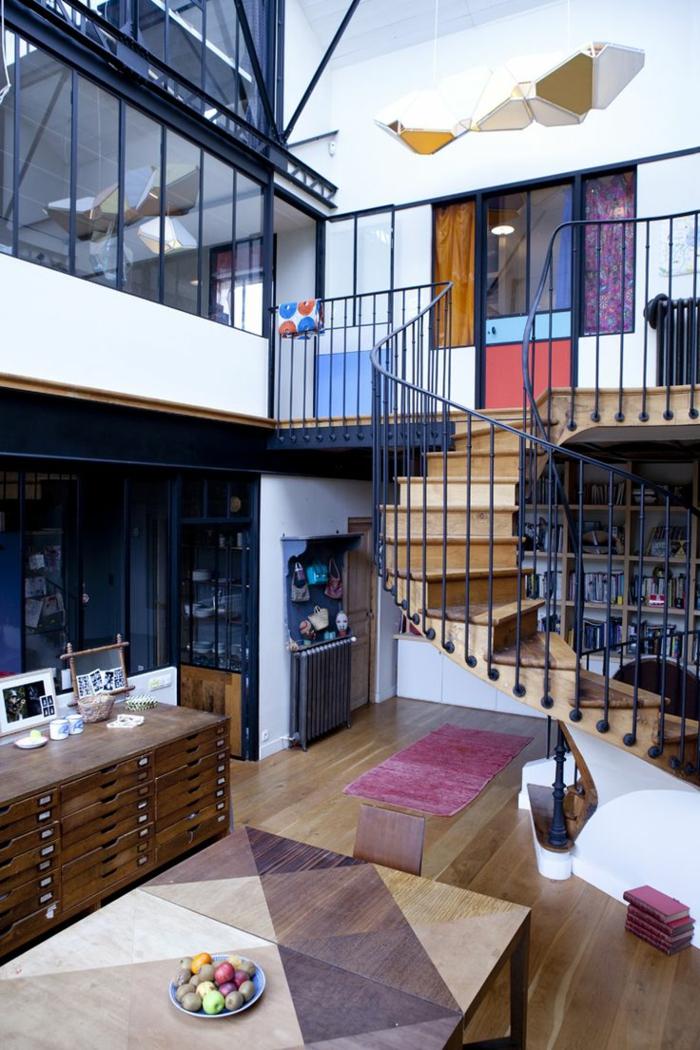 wendeltreppen design wohnzimmer farbige akzente geometrische elemente