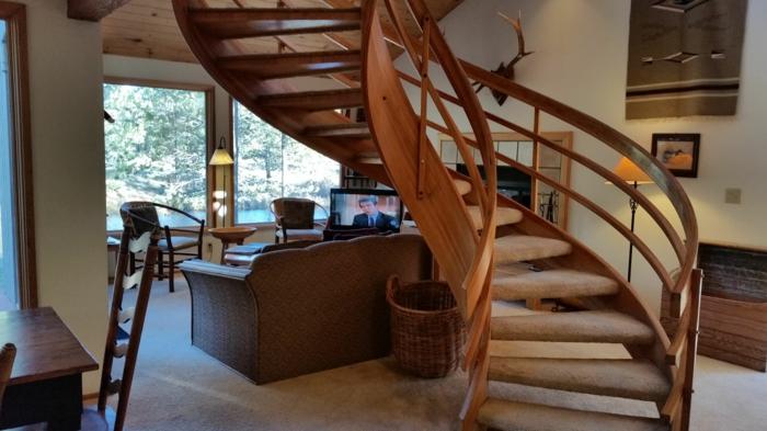 wendeltreppen holz massiv gemütliches wohnzimmer innenarchitektur